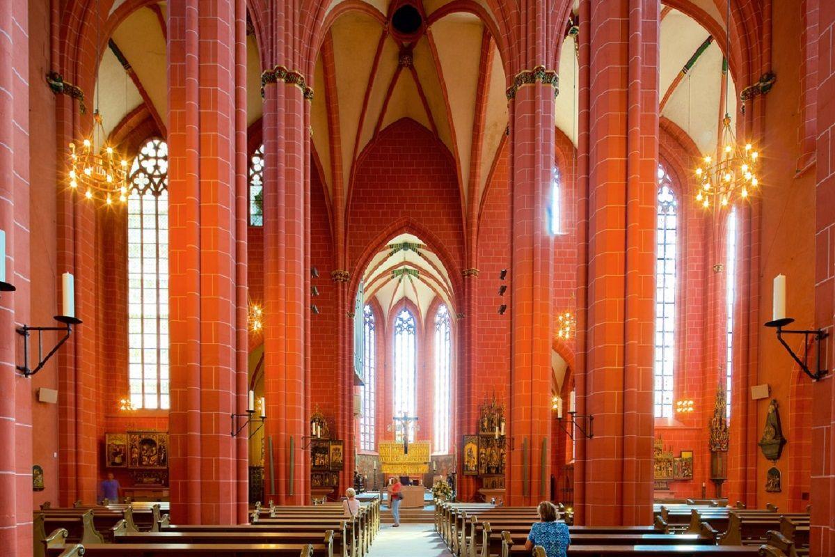 vista interior de la catedral de San Bartolomé de Frankfurt